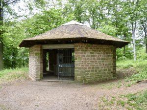 Die Schutzhütte des Heidenlochs, erbaut von der Schutzgemeinschaft Heiligenberg