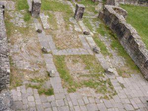 Die Umrisse des römischen Merkurtempels sind hier mit grauen Steinen markiert