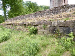 Rest der Befestigung der fränkischen Königsburg am westlichen Ende des Atriums