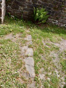 Fundamentreste des befestigten Turmgebäudes der fränkischen Burg im Kreuzgang
