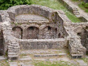Der Mittelchor mit dem ehemaligen Hochaltar; darunter die Ostkrypta