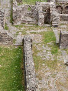 Langhausnordwand und Nordapside mit einer abknickenden Ostausrichtung, da die Apsiden vom Vorgängerbau übernommen wurden