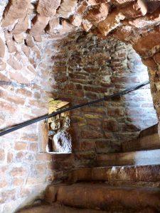 Die Treppenhäuser sind breit und mit Gewölbedecke ausgestattet