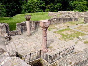 Blick ins Westende der Basilika mit den Abgängen zur Westkrypta