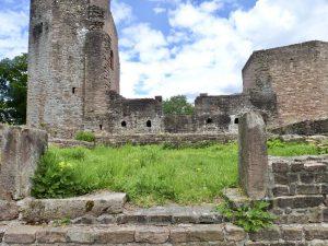 Reste von steinernen Torgewänden und eine Lücke in der oberen Mauer weisen darauf hin, dass zeitweise die Basilika von Westen her betreten wurde