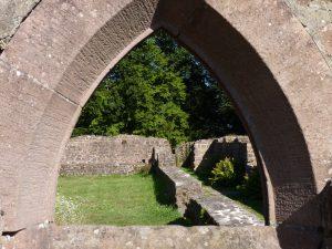 Blick durch ein frühgotisches Apsidenfenster in den Kreuzgang