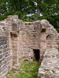 Romanischer Kamin im Caldefaktorium, der Wärmestube des Klosters