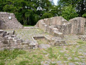 Blick in die Klosterküche in der Nordostecke; ein später Brandhorizont wurde nicht beseitigt, sondern überbaut
