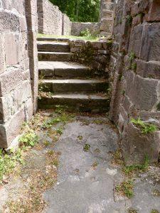 Treppe von der Pforte zum Kreuzgang; unten ist der aufgehende Bundsandsteinfelsen zu sehen
