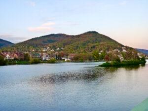 Blick auf den Heiligenberg vom Neckar aus
