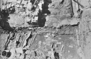Gräber unter Südeingang. Foto: Institut für Ur- und Frühgeschichte Universität Heidelberg