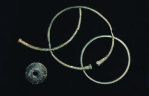 Arm- und Fußringe aus Bronze und wirbelförmige Perle (Frühlatène) © KMH (E. Kemmet)